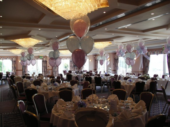 4 x 11 inch latex balloons and a single 16inch double bubble latex balloon with a co-ordinating bow and weight